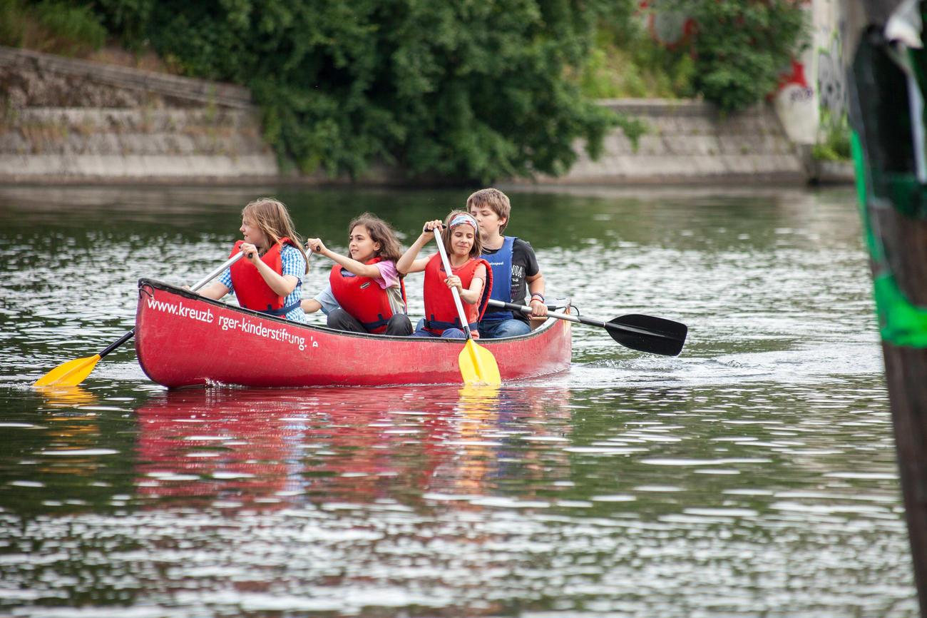 """Als """"Spreebären"""" können Kinder und Jugendliche vom hauseigenen Bootssteg mit Kanus auf Entdeckungsfahrt gehen. Bildquelle: Christian Jungblodt."""